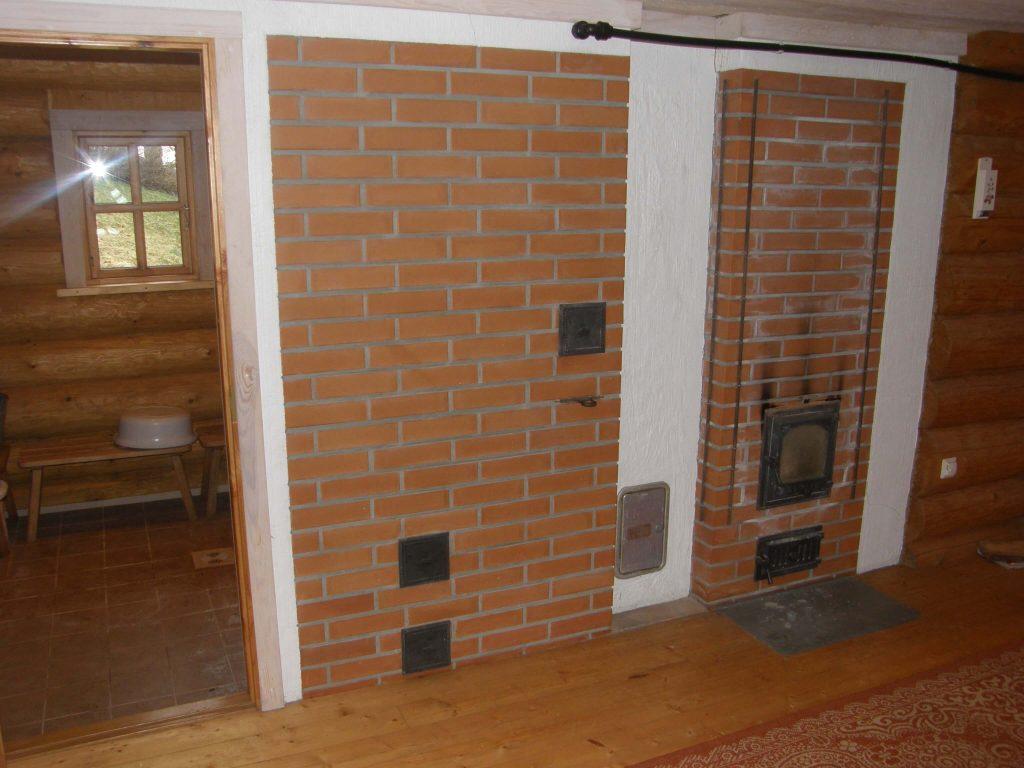 Log sauna with heat-storage stove