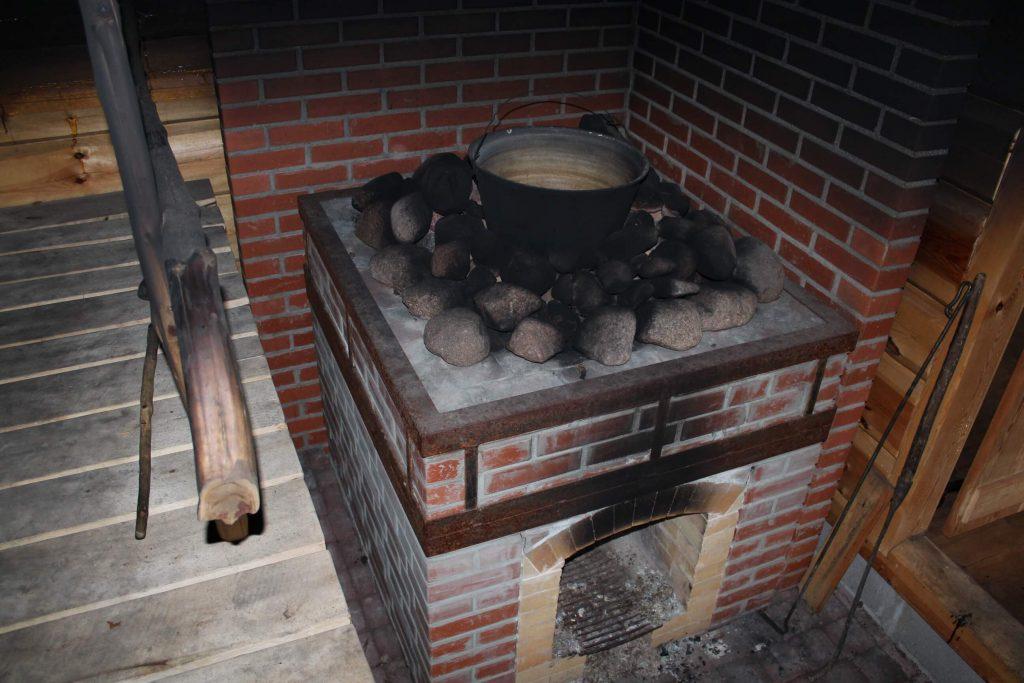 Smoke sauna heater with a cauldron